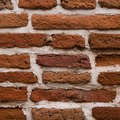 How to Paint Brick Surfaces With a Sponge for a Distressed Look
