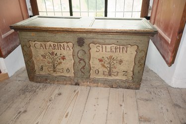 Hope chest of Catarina Silerin featuring floral artwork and the year 1802