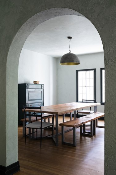 dining room lighting idea with wood table and metal hanging pendant lamp