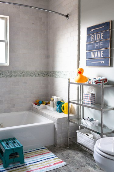 Kids' bathroom idea with bath toys and wall art