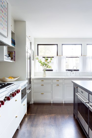 white kitchen with slab drawers and shaker cabinets