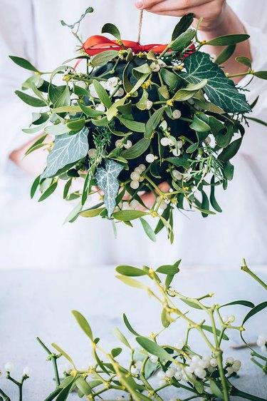 How to make a mistletoe kissing ball