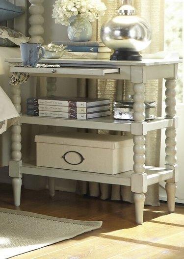 farmhouse end table idea with molded legs