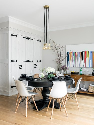 black and white accents in farmhouse dining room