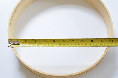 Tap´measure extended to measure width of wooden hoops.