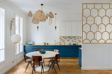 Art deco kitchen with rattan mobile and geometric room divider