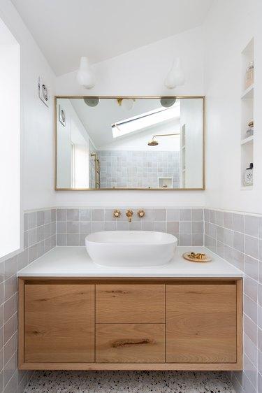 small bathroom backsplash ideas with gray zellige tile