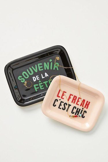 trays with french text