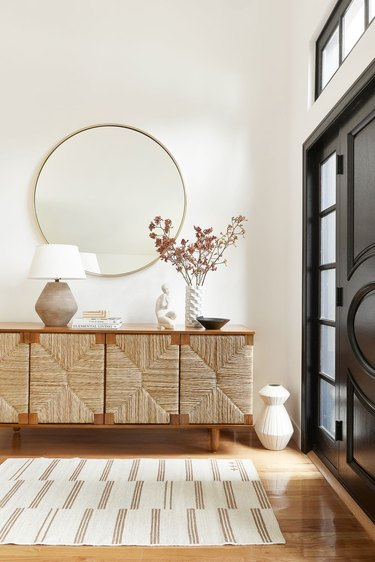 Traditional entryway table in teak and natural handwoven details
