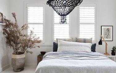 zen bedroom ideas with black light fixture
