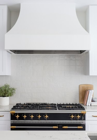 white kitchen backsplash idea with tile