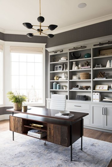 traditional home decor in home office with crown molding