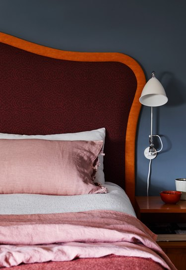 colors that go with blue, navy blue bedroom walls with fiery red headboard