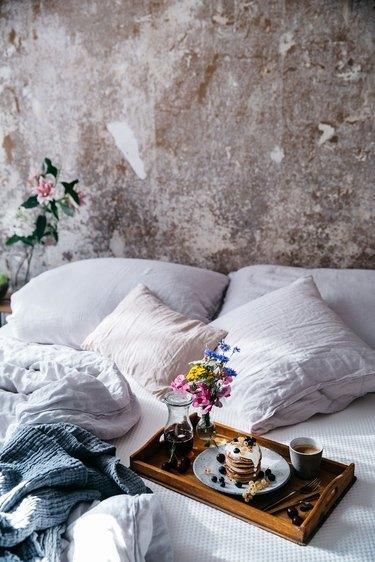 breakfast in guest bedroom idea
