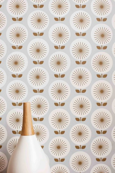 Wallpaper featuring sunburst flower design in beige and white
