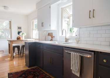 traditional small kitchen design idea with two-tone cabinets