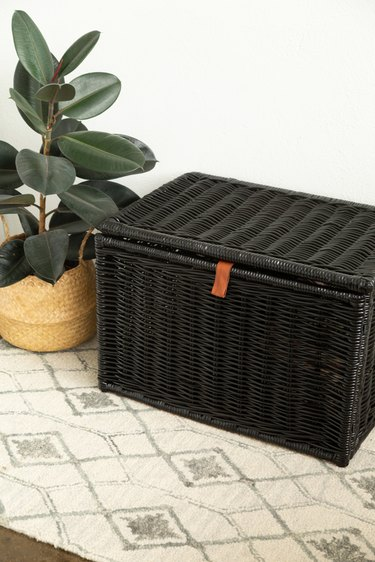 How to spray paint a wicker trunk