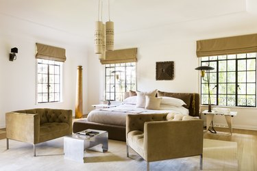 Bedroom layout idea with sitting area and pendant lighting
