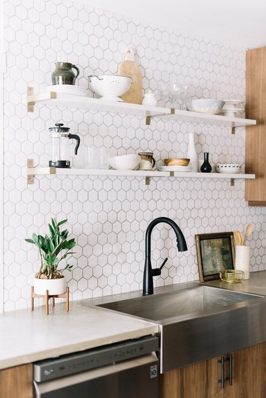 modern kitchen backsplash with white hex tile