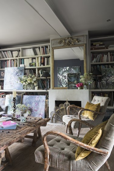 Vintage living room idea with eclectic bookshelves by Shabby Chic founder Rachel Ashwell