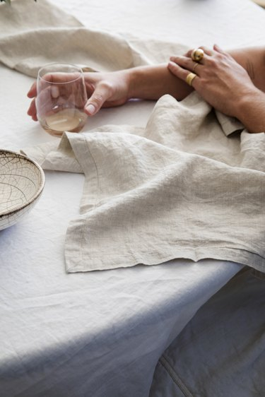 detail Cultiver linens on table