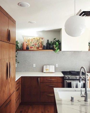 midcentury modern kitchen backsplash idea with wood cabinets