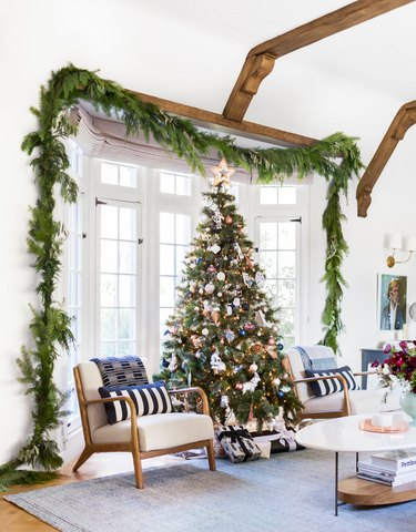 Christmas Tree Decoration ideas with fresh garland in living room
