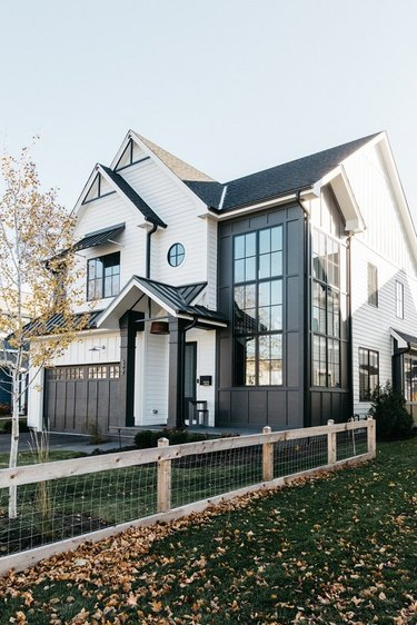 contemporary home with varying black and white exterior siding ideas