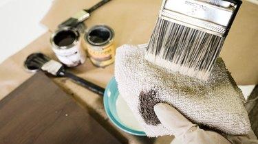 Blotting brush for whitewashing