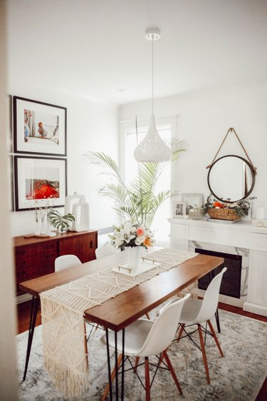 midcentury dining room idea with macrame table runner