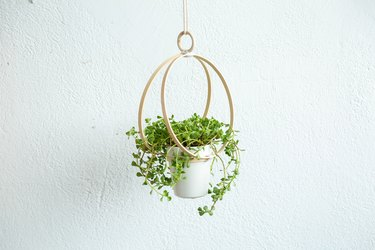 DIY Embroidery Hoop Hanging Planter #DIY #hangingplanter