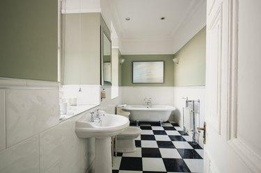 Simplistic Hotel Bathroom