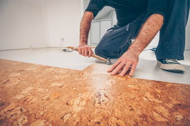Master picks a series of cork floor cork flooring with a hammer