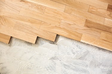 Subfloor mixture and assembled parquet plates