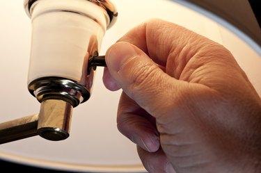 Replacing a Lamp Socket