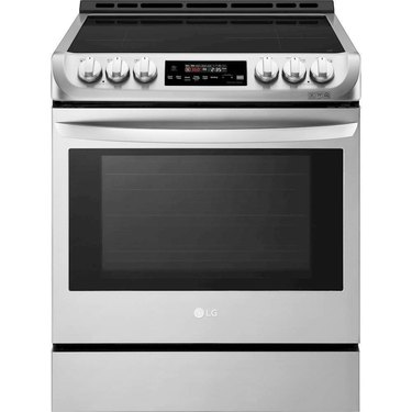 Smart induction stove with stainless steel details and knobs