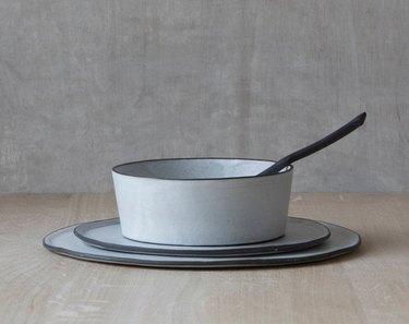 modern thin profilings dinnerware with dark rim