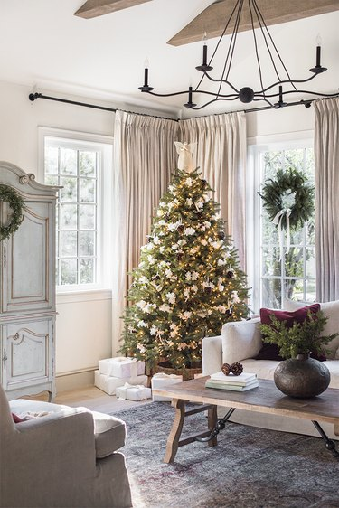 These White Christmas Tree Decorations Are Perfect for Minimalists and Holiday Enthusiasts Alike
