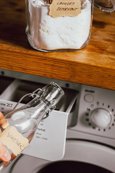 Distilled white vinegar as natural fabric softener
