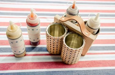 Hot dog condiment caddy