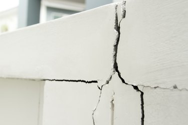 Home problem, building problem wall cracked need to repair