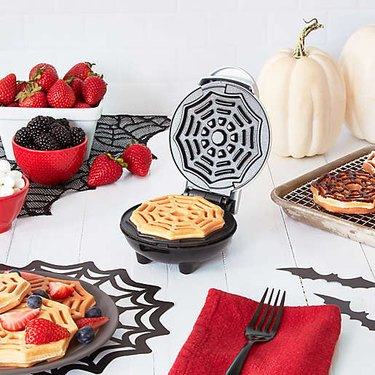 Spiderweb waffle maker with decor