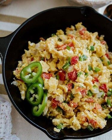 Muy Bueno Cooking Huevos a la Mexicana