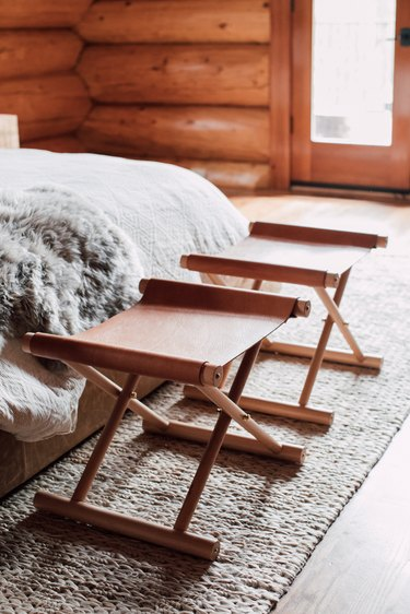 small farmhouse bedroom ideas with foldable stools