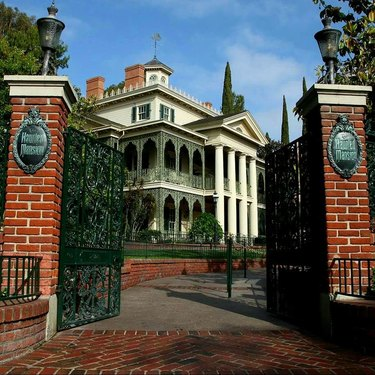 disneyland haunted mansion exterior