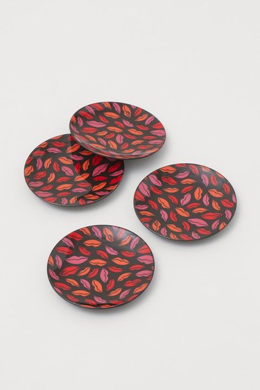 lip-pattern plates