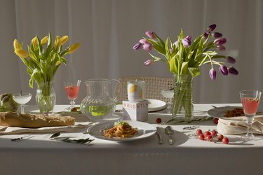 tablecape with tulips and brightland candle