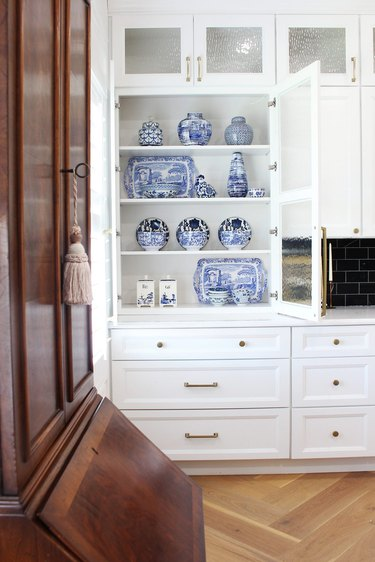 white traditional kitchen with blue chinoiserie vases