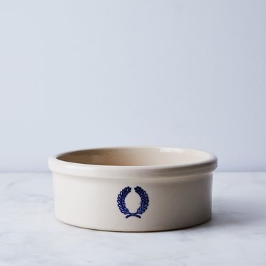 Pet bowl with wreath