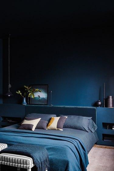 tone-on-tone-bedroom in navy blue